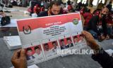 [Ilustrasi] Sejumlah petugas PPK dan PPS melipat surat suara Pilkada Serentak di Gedung Islamic Center, Singaparna, Kabupaten Tasikmalaya, Jawa Barat, Rabu (18/11/2020). Sebanyak 1,3 juta lembar surat suara untuk Pemilihan Bupati dan Wakil Bupati Tasikmalaya ditargetkan selesai dalam waktu tiga hari dan akan didistribusikan ke 3.740 TPS, dengan jumlah Daftar Pemilih Tetap (DPT) 1.368.156 suara.