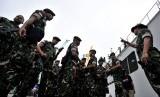 Sejumlah prajurit TNI Yonif Raider 700 bersiap saat pemberangkatan pasukan TNI penjaga perbatasan RI-Papua Nugini di Pelabuhan Sukarno-Hatta Makassar, Sulawesi Selatan, Rabu (29/6). (Antara/Yusran Uccang)
