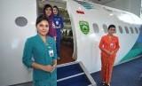 Sejumlah pramugari menanti tamu undangan untuk mencoba hanggar Mock Up (repelika) Pesawat Garuda di kompleks Asrama Haji Palembang, Sumatera Selatan, Sabtu (17/5).