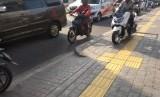 Sejumlah sepeda motor melintas diatas trotoar di Jalan Rs Fatmawati, Cilandak,  Jakarta Selatan,  Selasa (21/5).