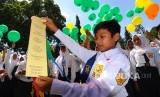 Sejumlah siswa melepaskan balon harapan anti kekerasan anak dalam Deklarasi Anti Bullying di SMPN 6 Klaten, Jawa Tengah, Kamis (7/12).