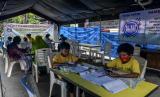 Sejumlah siswa saat melaksanakan pembelajaran jarak jauh di Tenda Pintar, Pondok Kelapa, Jakarta.