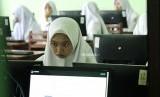 Sejumlah siswa SMP mengikuti Ujian Nasional Berbasis Komputer (ilustrasi)