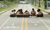 Skor PISA Indonesia masih di bawah rata-rata negara OECD. Foto: Sejumlah siswa SMPN 195 Duren Sawit melakukan kegiatan belajar di sekitar Kanal Banjir Timur, Jakarta Timur, Rabu (6/2).