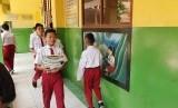 Sejumlah siswa SMPN 57 Kota Bekasi sedang memindahkan buku saat sebelum pandemi Covid-19.
