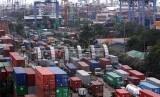 Sejumlah truk kontainer di pelabuahan peti kemas di Tanjung Priok, Jakarta Utara. ilustrasi
