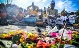 Sejumlah umat Hindu berdoa ketika melaksanakan ritual upacara Melasti di Torue, Parigi Moutong, Sulawesi Utara, Senin (7/3).