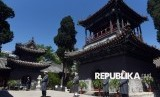 Sejumlah umat Islam Cina melakukan azan di depan Masjid Niujie di Beijing, Cina, Rabu (3/5).