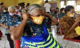 Sejumlah warga antre untuk mendapatkan bantuan sembako dari Pemprov Papua di Panti Jompo Pos Tujuh, Sentani, Jayapura, Papua, Sabtu (2/5/2020). Pemprov Papua memberikan bantuan sembako kepada warga yang terdampak akibat pandemi COVID-19.