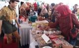Sejumlah warga memadati bazar Usaha Mikro Kecil dan Menengah (UMKM) saat acara Pekan Koperasi Kota Depok 2019 yang di buka Wali Kota Depok Mohammad Idris dan Wakil Walikota Depok Pradi Supriatna di Balai Kota Depok, Kamis (1/8).