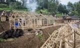 Sukabumi termasuk salah satu kawasan yang rawan bencana. Foto warga Sukabumi membangun kediaman mereka setelah diterpa bencana.