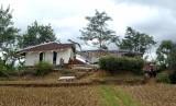 Sejumlah warga membersihkan rumah ambruk di lokasi bencana pergerakan tanah di Desa Waringinsari, Kecamatan Takokak, Cianjur, Jawa Barat, Selasa (3/10).