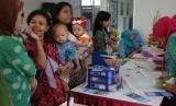 Sejumlah warga mengantre di Posyandu saat peresmian Ruang Publik Terpadu Ramah Anak (RPTRA) Tanah Abang 3 di Jakarta Pusat, Kamis (24/3).