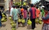 Sejumlah warga mengantre membeli gas subsidi tiga kilogram saat digelar operasi pasar Pertamina, di Kawasan Sukahati, Cibinong, Kabupaten Bogor, Jawa Barat, Selasa (5/12).