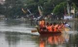 Sejumlah warga mengikuti lomba dayung pada Festival Perahu Naga di Situ Rawa Besar, Kampung Lio, Pancoran Mas, Depok, Jawa Barat, Ahad (8/11).  (Republika/Raisan Al Farisi)