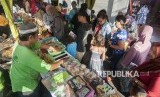 Sejumlah warga muslim memilih beraneka makanan dan minuman untuk berbuka puasa di lingkungan Wanasari, Denpasar, Kamis (17/5).