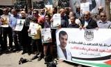 Sejumlah wartawan di Palestina menggelar aksi untuk memprotes penembakan jurnalis di Gaza, Yasser Murtaja oleh tentara Israel.