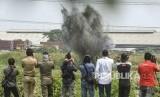 Sejumlah wartawan merekam proses peledakan bom aktif yang ditemukan oleh Tim Densus 88 Anti Teror Polri di lokasi tempat tinggal terduga teroris di Kelurahan Semper Barat, Cilincing, Jakarta Utara, Senin (23/9/2019).