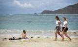 Sejumlah wisatawan asing berjemur di pinggir pantai Kawasan Ekonomi Khusus Mandalika di Desa Kuta, Kecamatan Pujut, Praya, Lombok Tengah, NTB, Kamis (16/8).
