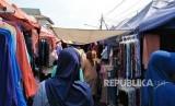 Sekitar Jalan Jatibaru, Tanah Abang, Jakarta Pusat dipadati masyarakat yang ingin berbelanja pada Ahad (13/5).
