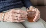Sebagian orang dewasa pernah bergelut dengan depresi. Studi bahkan mengungkapkan bahwa sekitar tujuh persen dari orang berusia di atas 60 tahun mengalami gangguan depresi mayor (Foto: ilustrasi lansia minum teh)