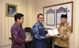Sekjen MUI menerima wakaf Alquran secara simbolik dari Yayasan Muslim Sinarmas