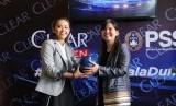 Sekjen Persatuan Sepak Bola Seluruh Indonesia (PSSI) Ratu Tisha (kanan) dan Senior Brand Manager Clear Essy Prita Cinta