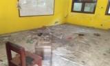 Sekolah SD Mangun Jaya 04 di Jalan Kramat Kedondong, Tambun Selatan, Kabupaten Bekasi kondisinya hampir rubuh.
