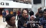 Sekretaris Jenderal Partai Golkar Idrus Marham bersama penasihat hukum Fredrich Yunadi menemui Ketua DPR Setya Novanto di Gedung DPR pada Rabu (15/11). Kehadiran keduanya diketahui untuk membahas persoalan hukum yang menjerat Novanto dalam kasus dugaan korupsi proyek pengadaan KTP-el.