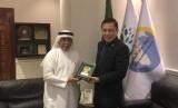 Sekretaris NCMF Saidamen Pangarungan menerima sertifikat untuk menghadiri seminar portal E-Haji di Makkah, Arab Saudi dari Direktur Jenderal E-Haji Fareed Mander.