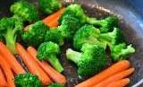 Selalu selipkan sayur-sayuran dalam tiap porsi makan.