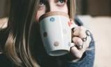 Mungkin sebagian orang minum kopi untuk membuatnya terjaga sepanjang malam (Foto: ilustrasi minum kopi)