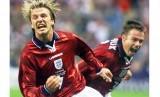 Selebrasi David Beckham (kiri) seusai menjebol gawang Kolombia.