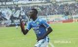 Selebrasi Striker Persib Bandung Ezechiel Ndouassel.