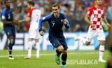 Selebrasi pesepakbola Prancis Antoine Griezmann mencetak gol lewat titik penalti pada pertandingan final Piala Dunia 2018 melawan Kroasia di Stadion Luzhniki, Moskow, Ahad (15/7) malam WIB.