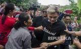 Selebriti sekaligus anak dari Komedian Sule, Rizky Febian (kanan) bersalaman dengan warga saat proses pembongkaran dan otopsi jenazah ibundanya, Lina Jubaedah di Tempat pemakaman keluarga Sekelimus, Bandung, Jawa Barat, Kamis (9/1/2020).