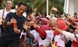 [ilustrasi] Calon Presiden petahana Joko Widodo (kiri) melayani permintaan swafoto pendukungnya saat menghadiri Senam Bersama Srikandi Jokowi-Maruf Amin di Jakabaring Sport City, Palembang, Sumatera Selatan, Sabtu (9/3/2019).