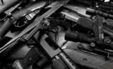 Pemilik Rumah Temukan Tas Penuh Senjata Saat Gali Halaman