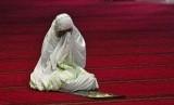 Keutamaan Mendoakan Orang Lain. Foto Ilustrasi: Seorang jamaah wanita berdoa di Masjid Istiqlal, Jakarta (Ilustrasi).