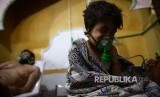 Seorang anak dan pria memperoleh penanganan medis setelah terpapar gas beracun di  Douma, Ghouta Timur, Damaskus, Suriah. Foto diambil pada 25 Februari 2018..