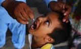 Seorang anak mendapatkan vaksin polio dari petugas kesehatan di Karachi, Pakistan