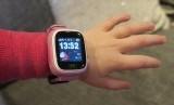 Seorang anak menggunakan jam tangan cerdas.