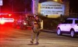 Seorang aparat beretugas di lokasi penembakan Kalifornia