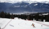 Seorang atlet melaju di jalur si Crans Montana, Swiss, Ahad (23/2). Swiss menghadapi kekurangan bahan baku cairan etanol untuk pembuatan disinfektan.