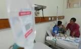 Seorang ayah merawat anaknya yang terkena virus Demam Berdarah Dengue (DBD) di ruangan teratai yang berada di Rumah Sakit Umum Daerah (RSUD) Cibinong, Bogor, Jawa Barat, Selasa (1/3).