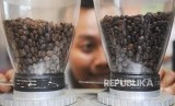 Seorang barista mengamati biji kopi yang akan diolah pada Indonesia Coffee Events (ICE) 2018 di Surabaya, Jawa Timur, Ahad (21/1).