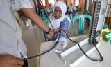 Sebanyak 1.708 Jamaah Calhaj Depok Jalani Tes Kesehatan. Foto: Seorang calon jamaah haji melakukan tes pemeriksaan kesehatan saat masuk di Asrama Haji Palu, Sulawesi tengah, Senin (15/8).