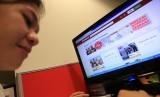 Seorang calon pembeli hewan kurban membuka situs Bukalapak.com, di Jakarta, Jumat (18/9).