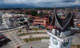 Seorang fotografer memotret suasana sepi libur Lebaran dari Jam Gadang Bukittinggi, Sumatera Barat, Senin (25/5/2020). Meskipun masih dalam masa PSBB hingga 29 Mei 2020, objek wisata aikonik di Sumbar itu masih dikunjungi pengunjung.
