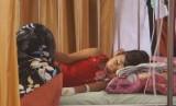 Seorang ibu menunggui putrinya yang menderita demam berdarah dengue (DBD). Penyakit DBD banyak terjadi di musim peralihan.